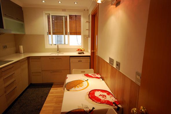 Foto cocina con parquet a suelo y paredes con for Cocinas con parquet