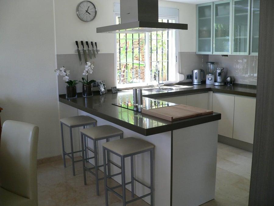 Foto cocina con peninsula de basika estudio de cocinas for Cocinas enchapadas