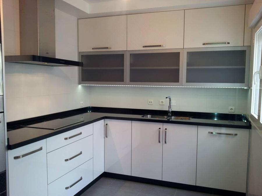 Foto cocina con puertas de formica blanco ar de for Puertas de cocina formica