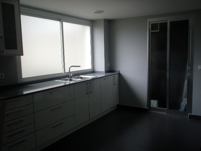 cocina de diseño moderno con ventanal y puerta a la terraza
