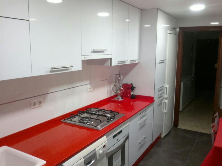 Cocina roja y blanca