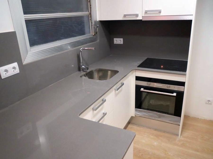Foto cocina en blanco y gris de accesiblereformas 391636 for Cocina blanca y suelo gris