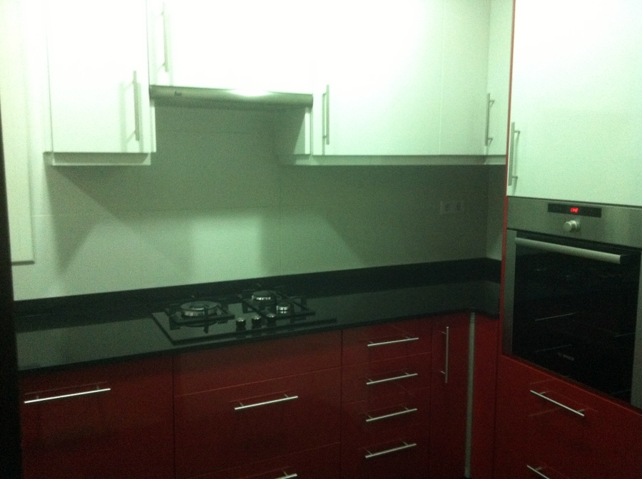 Foto cocina en dos colores de accesiblereformas 391635 for Cocinas en dos colores