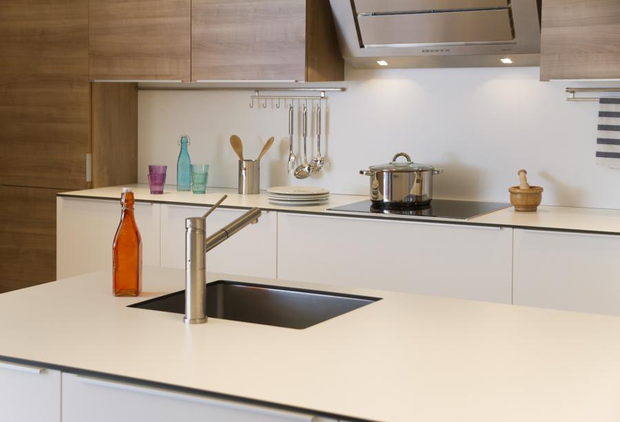 Foto cocina en laminado combinado blanco nogal de - Cocinas color nogal ...