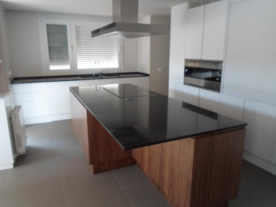Foto cocina en madera de nogal y lacada en blanco de for Cocinas color madera y blanco