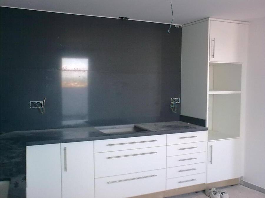 Foto cocina en postformado blanco frente en granito negro for Frente cocina