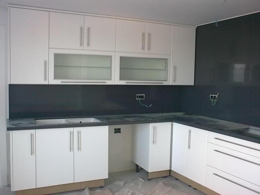 Foto cocina en postformado blanco frente en granito negro - Cocinas blancas con granito ...