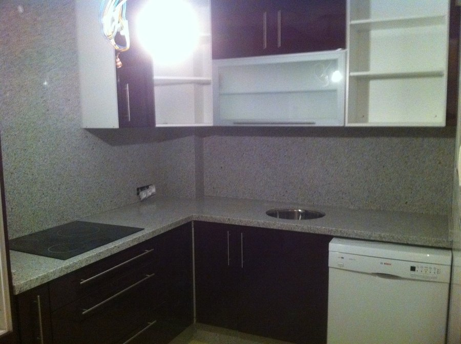 Foto cocina en pvc brillo violeta frente en granito for Granito blanco para cocina