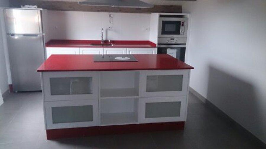 Foto Cocina en Silestone Rojo con Muebles en Blanco de Luis Alberto