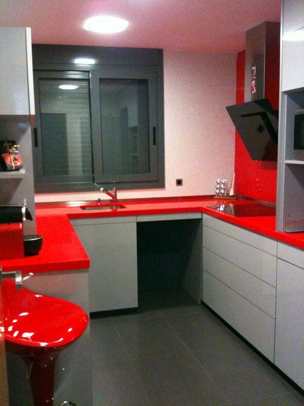 Foto cocina en silestone rojo monza con canto 4 cm a for Granito color rojo