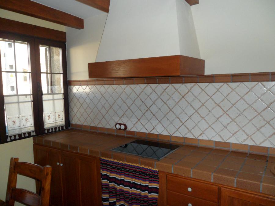 Foto cocina encimera de obra de construcciones y reformas - Cocinas de obra rusticas ...