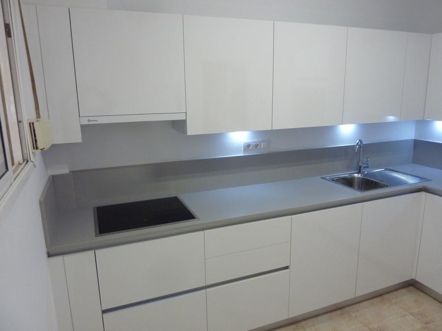 Foto cocina instalada en tenerife blanco brillo con for Cocinas blancas y grises fotos