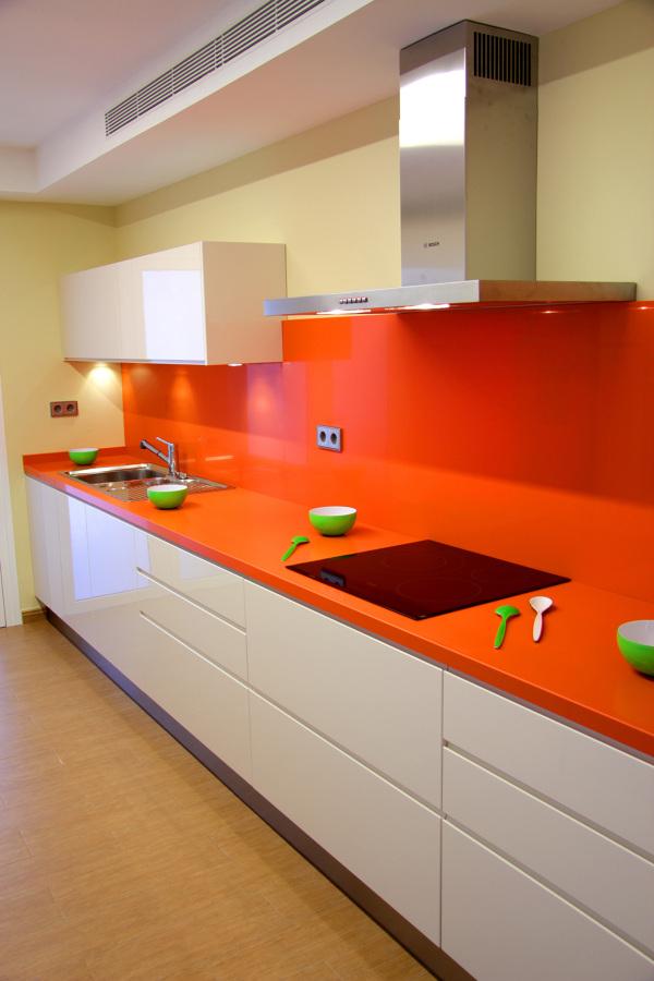 Foto cocina instalada en tenerife lacada brillo con for Muebles de cocina huesca
