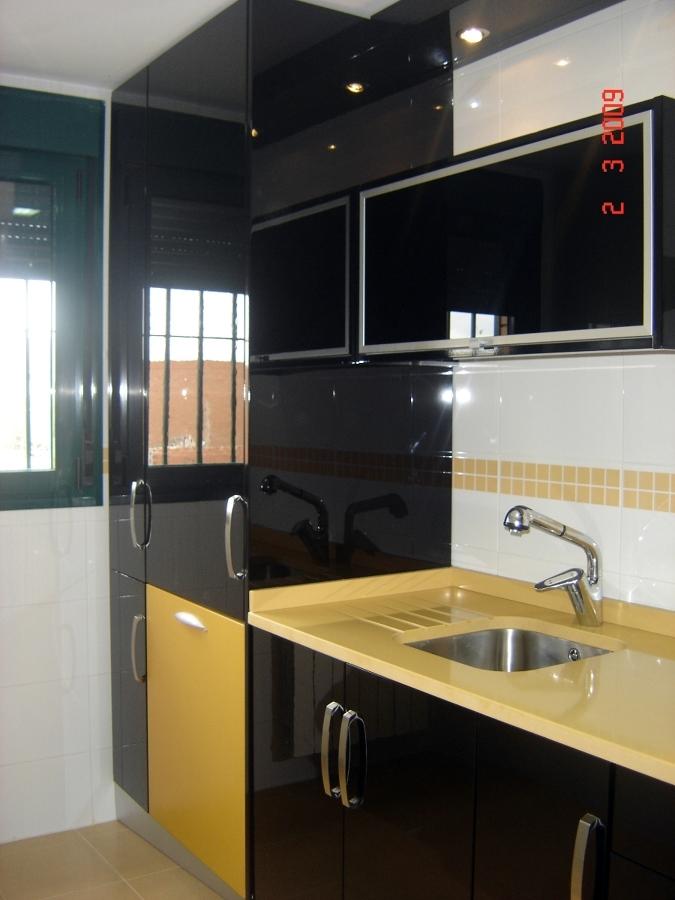 Foto cocina lacada en negro de alto brillo de soluciones for Encimera negra brillo