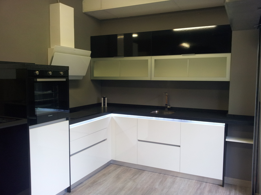 Foto cocina laminado negro blanco de decora cocinas - Laminado para cocina ...