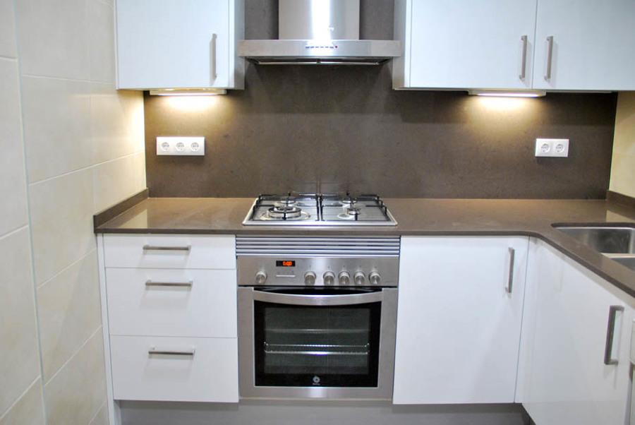Cocinas blancas y gris cocina blanca y gris tipo luxe for Cocinas modernas en gris y blanco