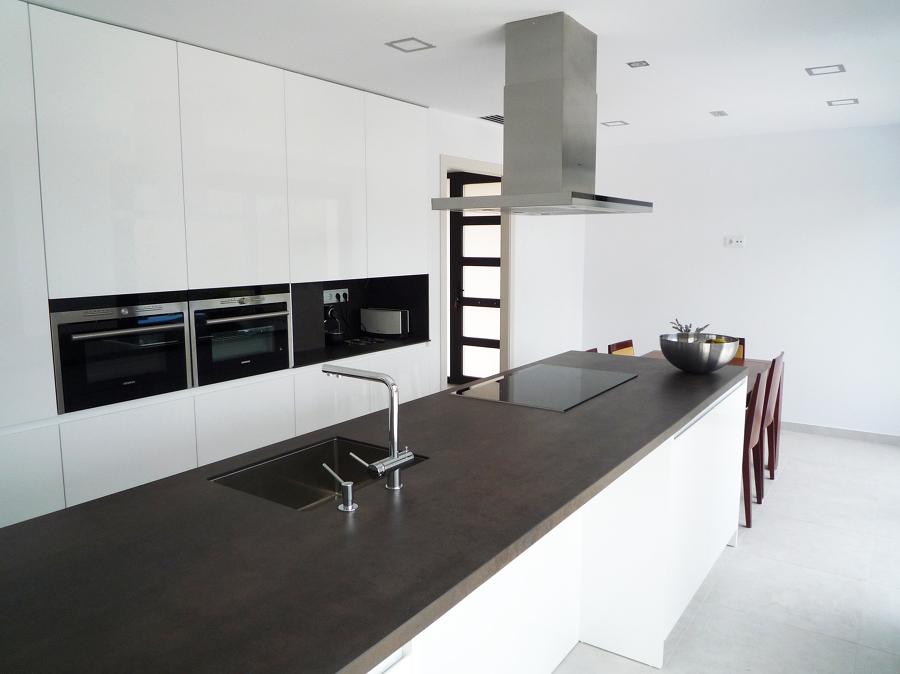 Isla y cocina minimalista