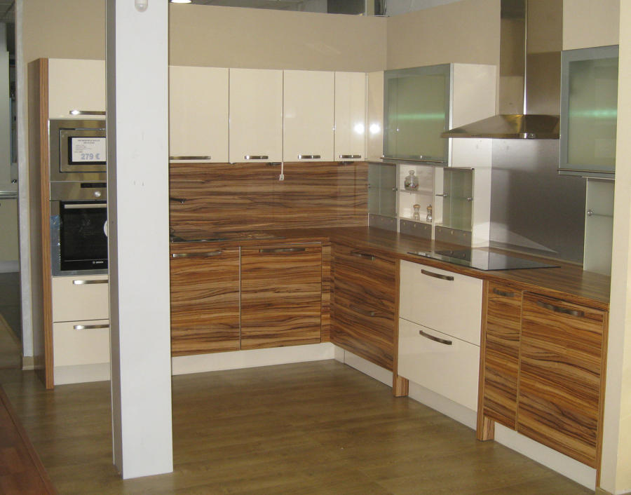 Foto cocina moderna crema laca brillo con zebrano de for Muebles de cocina huesca