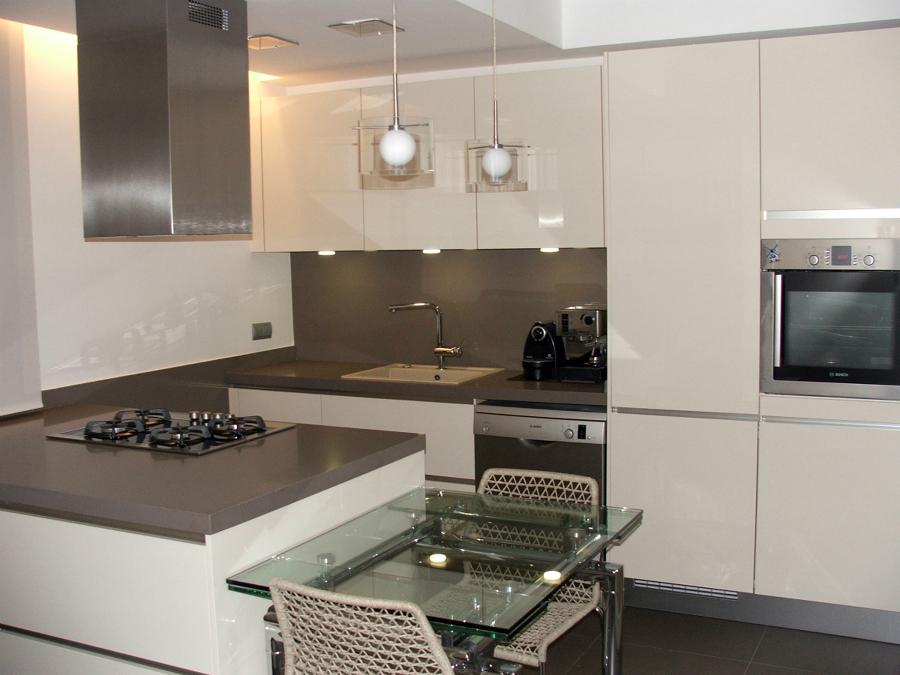 Foto cocina moderna en barcelona de e closion ambientes for Pisos para cocina moderna