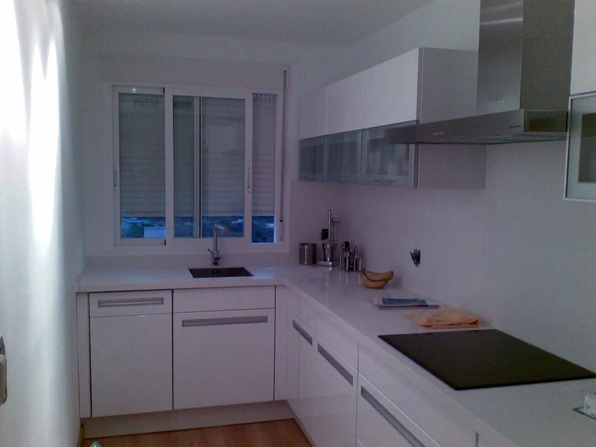 foto cocina montada en blanco alto brillo con silestone