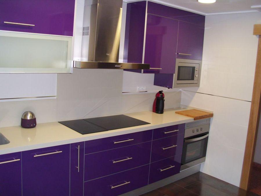 Foto cocina morada moderna de reformas quezada 1131520 for Cocinas modernas moradas
