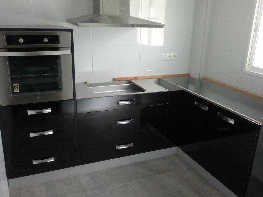 Mobiliario cocina negra tirador brillo