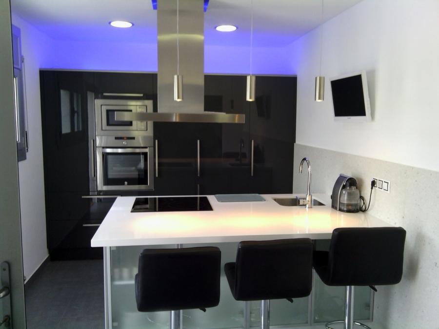 Foto cocina pen nsula con silestone blanco zeus de - Cocinas con peninsula ...