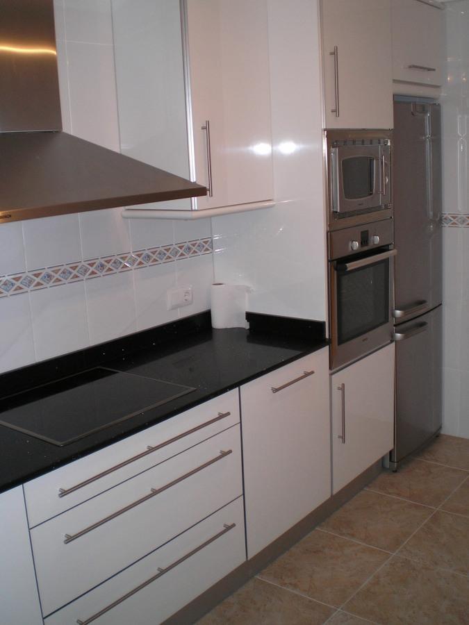 Foto cocina postformada blanca de j a c cocinas y for Habitissimo cocinas