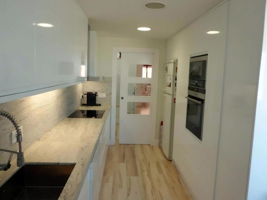 Foto cocina puerta corredera tarima meister de puertas - Puertas de cristal para cocinas ...