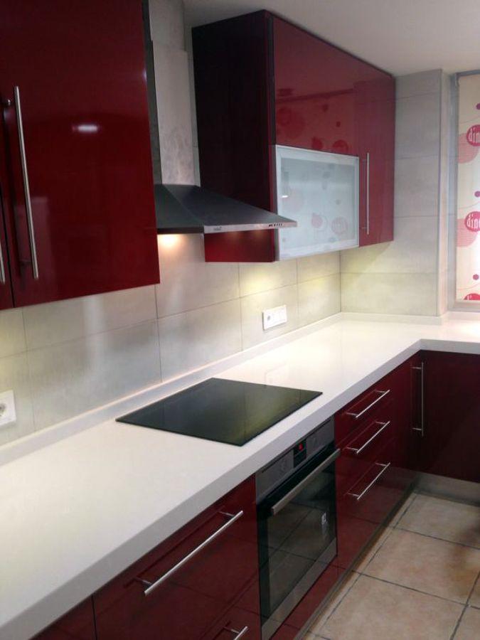Foto cocina roja de entornos reformas de interiores - Cocinas color burdeos ...