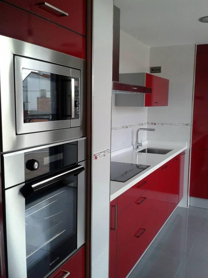 Foto cocina rojo y blanco de blauverd construcci n de for Cocinas en rojo y blanco