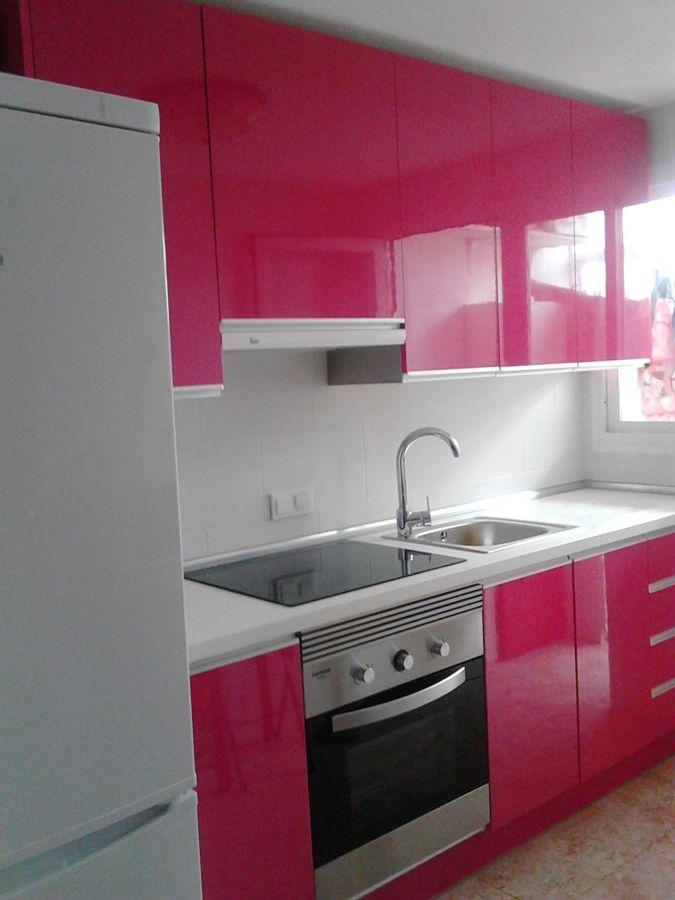 Foto cocina rosa fucsia de j a c cocinas y armarios for Cocinas blancas y grises fotos