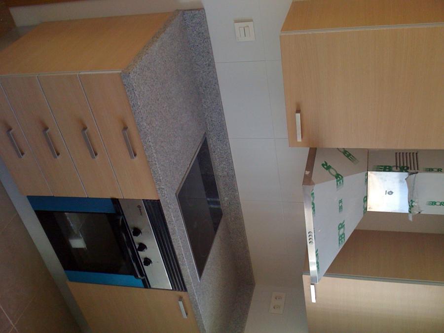 Foto cocina sencilla de obra en color beige con granito for Granito color beige
