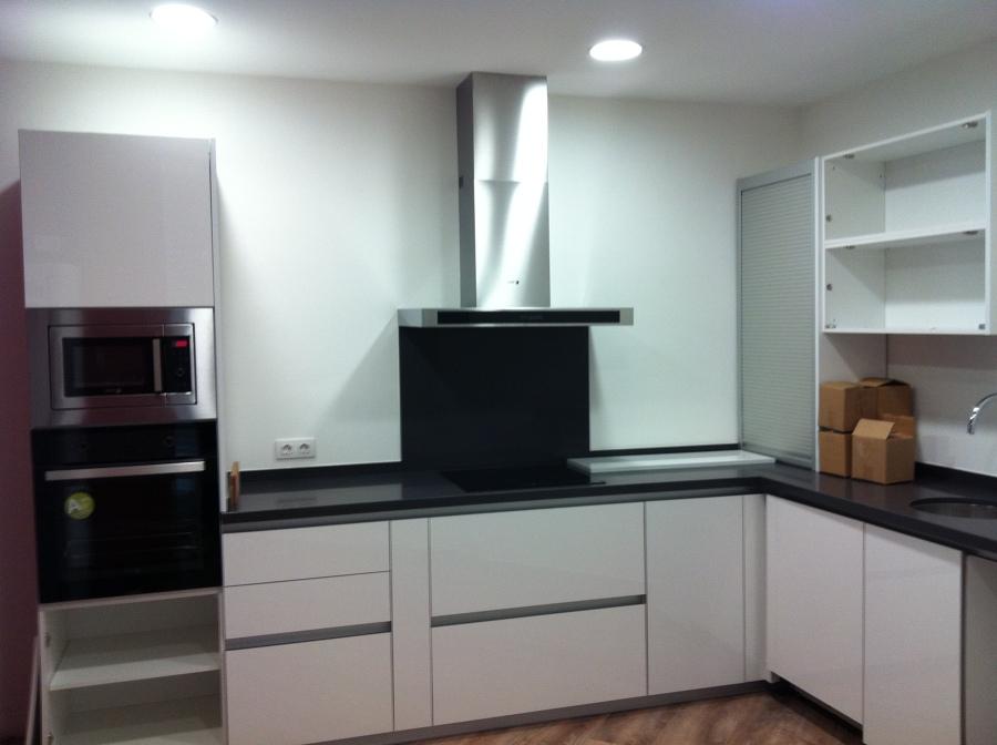 Foto cocina sin pomos de reparador i rehabilitacions 585183 habitissimo - Pomos de cocina ...