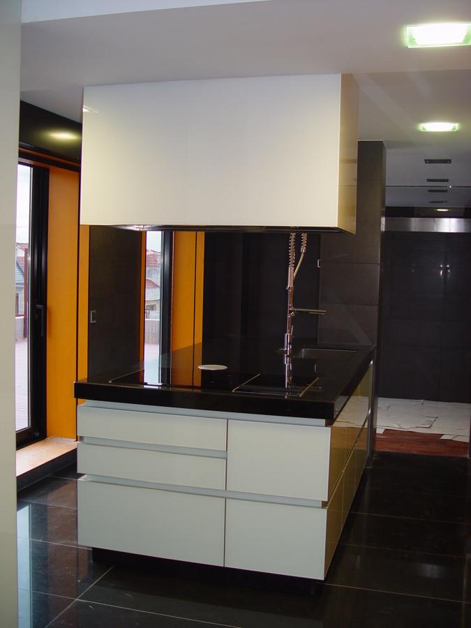 Foto cocina tirador gola y puertas en cristal de martavi - Tirador puerta cristal ...