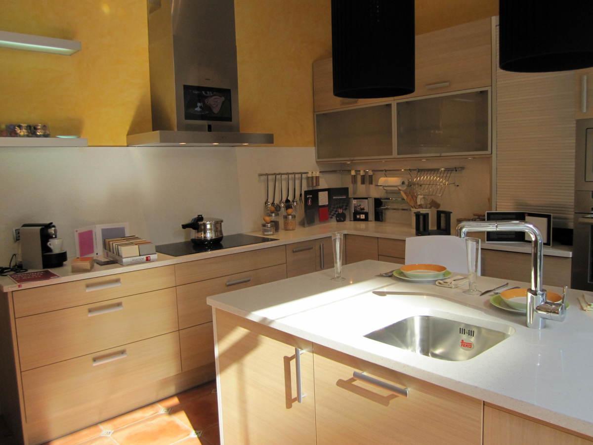 Foto cocinas con isla de la nostra cuina 179841 for Habitissimo cocinas
