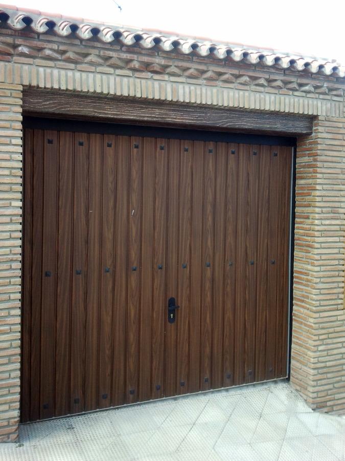 Foto colocacio puerta garaje de carlos vg 449741 for Puertas de madera para garage