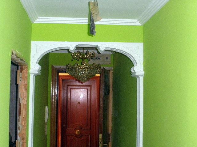 Colocación de falsos techos de escayola, moldura, arco de escayola y pintura