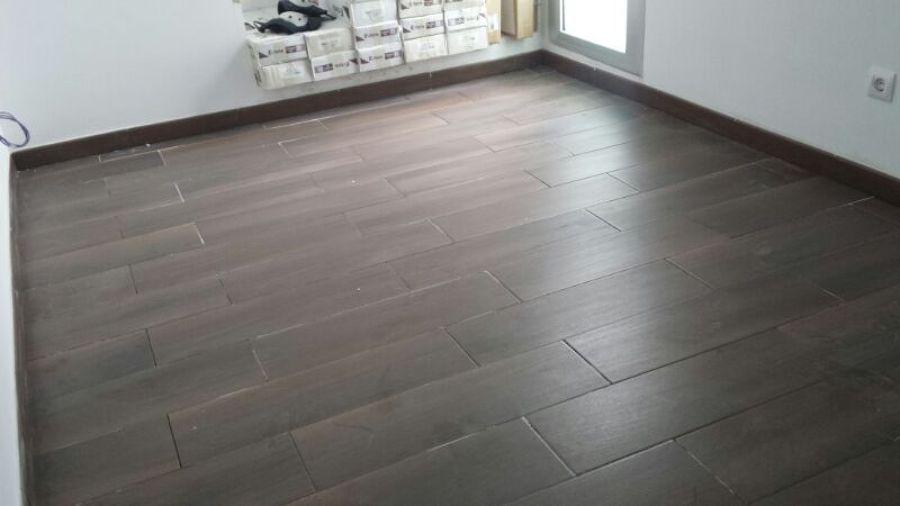 Foto colocaci n de pavimento gres imitacion madera de j - Pintura para suelos de gres ...