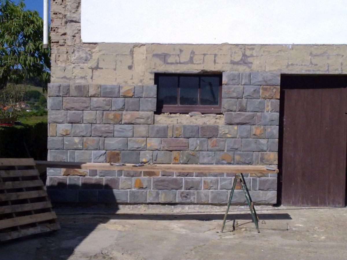 Fachada de casa con piedras decorada tanto en el exterior - Piedra para fachada ...
