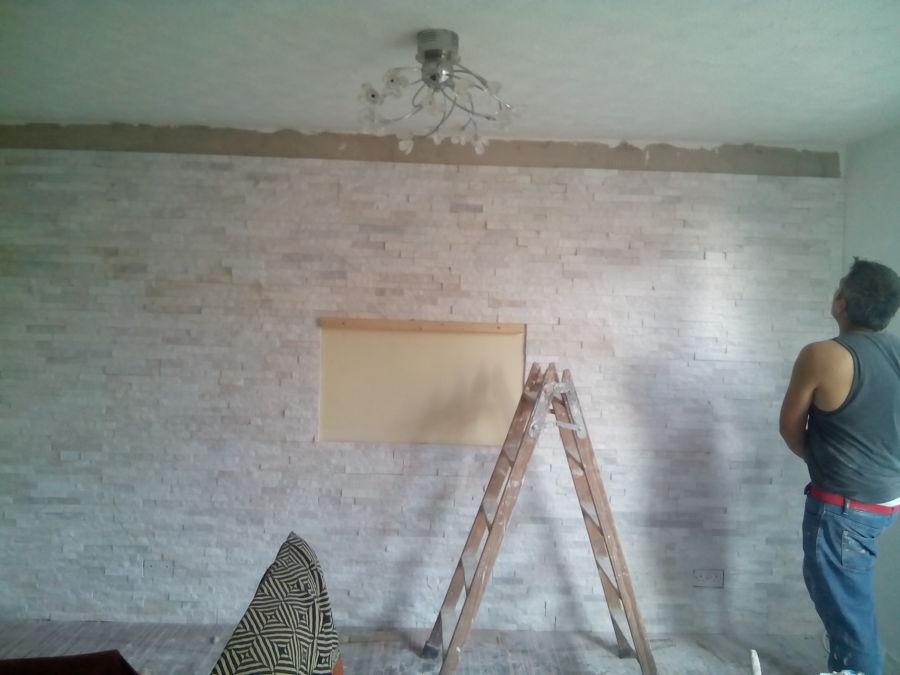 Foto colocacion de piedra natural rustica en pared salon - Paredes de piedra natural ...