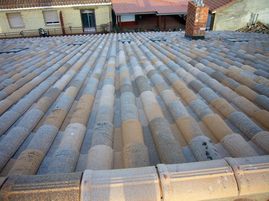 Foto colocaci n de tejas de frank pak estructuras y for Tejados madera ourense