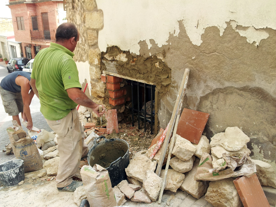 Foto colocaci n ventana en muro de carga de piedra natural de 1 20m de grosor de obres i - Colocacion piedra natural ...