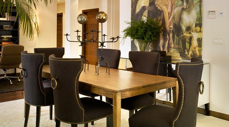 Comedor en estilo retro con sillas tapizadas.