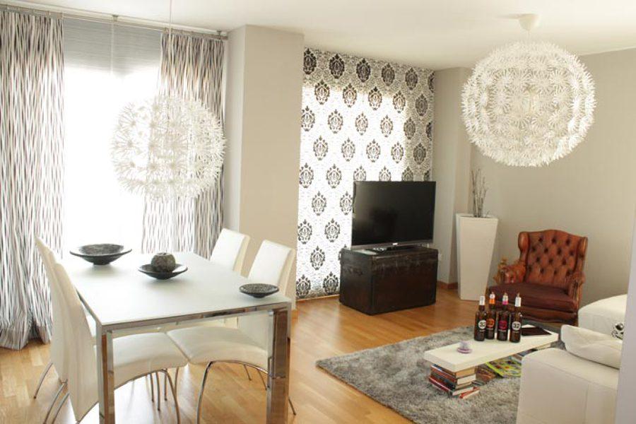 Foto comedor parquet cortinas alfombra de grupo lober for Cortinas blancas comedor