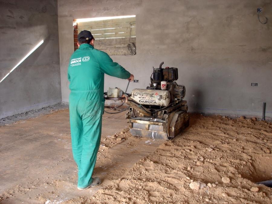 Foto compactando suelo de garaje de construcciones daroca - Suelos de garajes ...