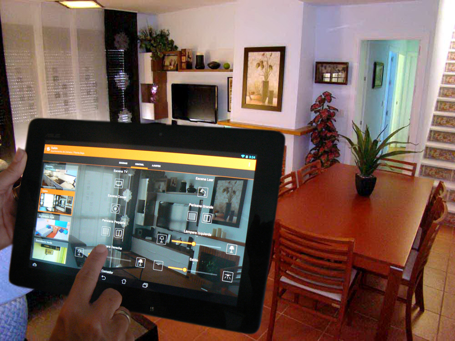 Control del salón desde el tablet instalado en un apartamento de vacaciones