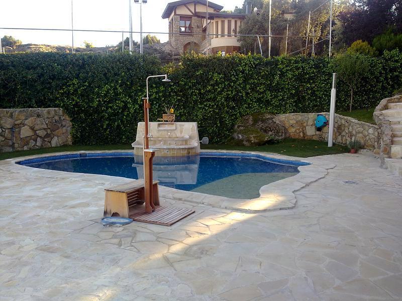 Foto construcci n de piscina natural de construir for Construccion de piscinas en granada