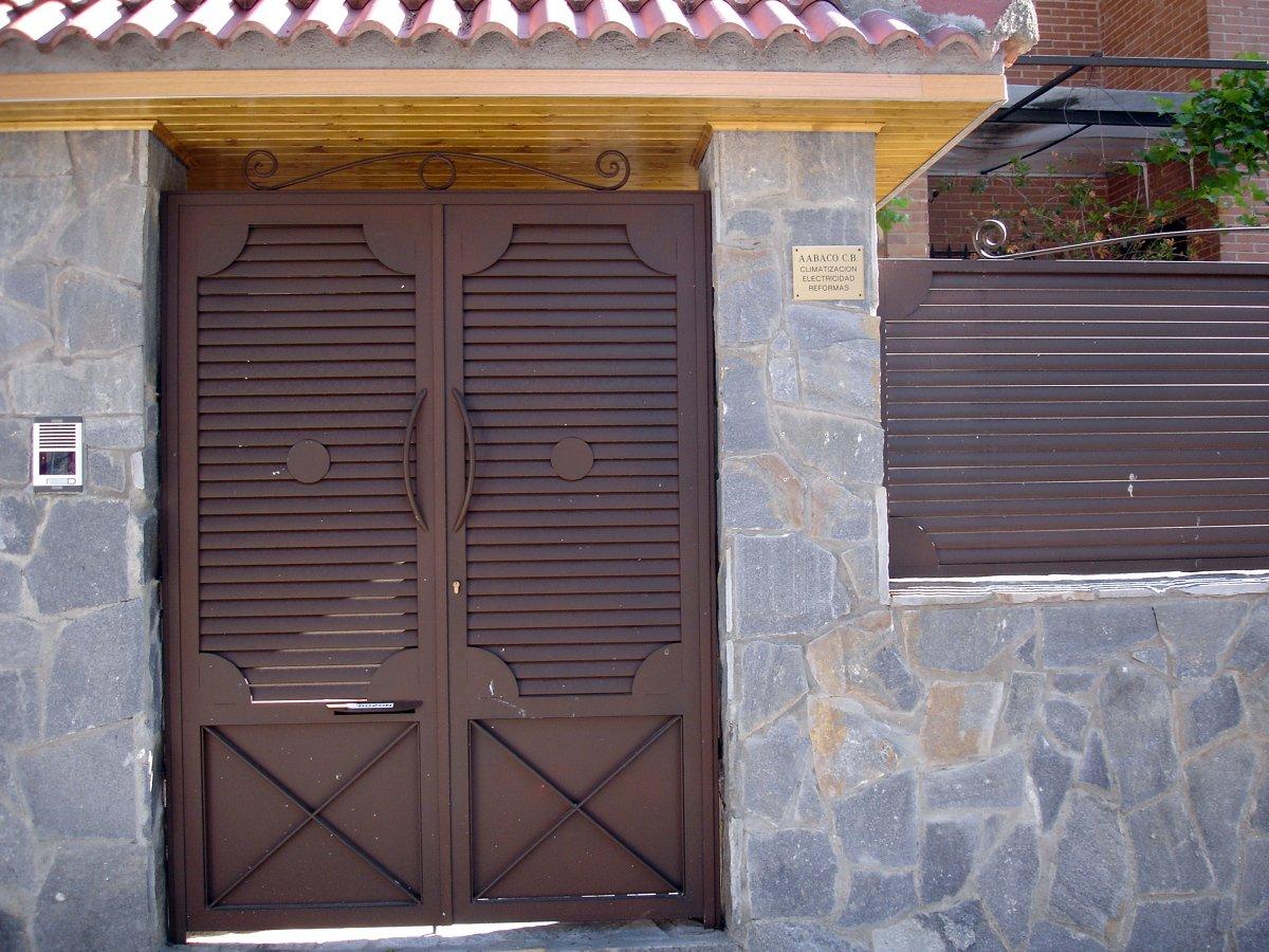 Foto conjunto de puerta y vallas de acceso chalet de for Puertas chalet exterior