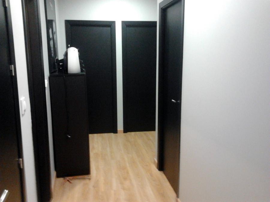 Foto conjunto de puertas y tarima de multiservicios for Puertas color pino